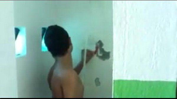 Filmou o pedreiro no banho