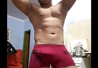 Moreno sarado dança e goza pra namorado virtual