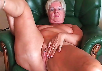 Bubble butt granny Sandie spreads old pussy