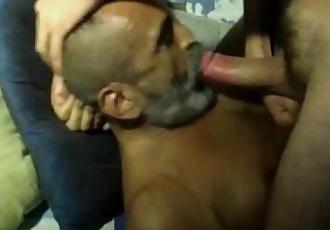 Coroa barbudo chupando o pau gostoso