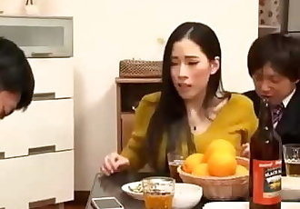 Cuando japonés MILF obtener molestado :Por: hombre su marido cayó dormido junto a herremilfcom 15 min