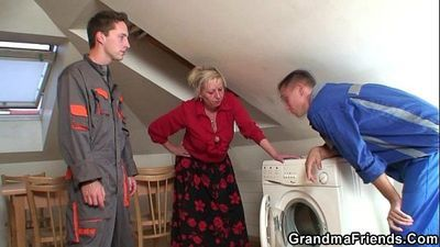 Granny offers her pussy as a payment - 6 min