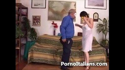 Amatoriale italiano - scopata sul divano tra coppia trasgressiva - Italian wife - 7 min