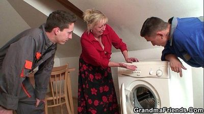 Old granny offers her pussy as a payment - 6 min HD