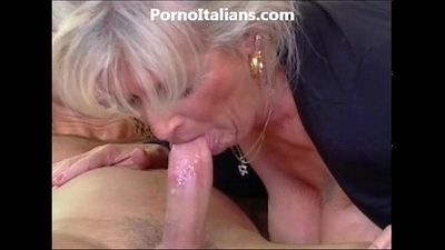 Milf blonde gets beat by muscled stud and features - milf di fa scopare dotato - 8 min