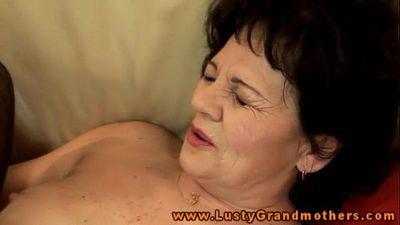 Amature mature grandma handling dildo - 6 min