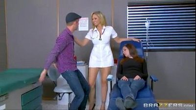 جوليا آن هو واحد الساخنة ممرضة