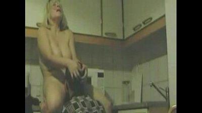 Mature kitchen cunnilingus - 2 min
