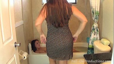Madisin Lee & Melanie Hicks in Mom Washes Daughters Hair. Girl on Girl hair wash - 5 min HD