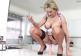 Sexy mature masturbatrix