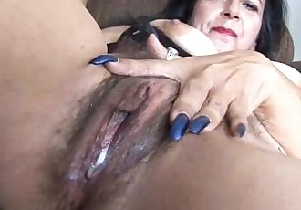 Mature amateur has a big orgasm - 5 min