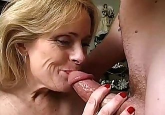 Sexy cougar is a squirter - 5 min