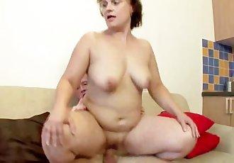 MATURE GF INVITES HIM FOR SEX AT HOME !!
