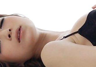 颓废 Yuria 在 黑色的 内衣 和 黑色的 大腿 高 丝袜 玩具 她的 猫 - 5 min