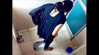 3 College Girls Pissin in Toilet of Famous Mumbai College - 1 min 20 sec