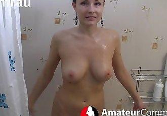 Traumfrau beim Duschen
