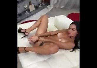 Martina Smeraldi si masturba durante lintervista con Rocco Siffredi