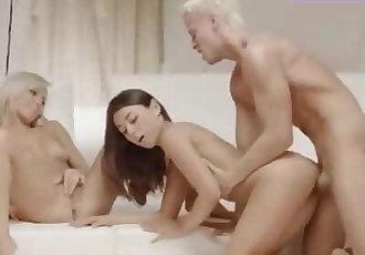 Dos hermosas mujeres son folladas por su masajista privado