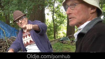 già và trẻ Lustful ba người trong những rừng