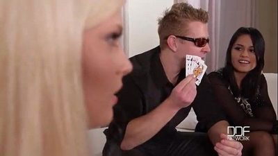 Ragazzine perdono partita a poker e per penitenza.....