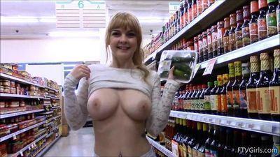 doeeyed किशोरी के साथ बड़े स्तन फ़्लैश में सुपरमार्केट
