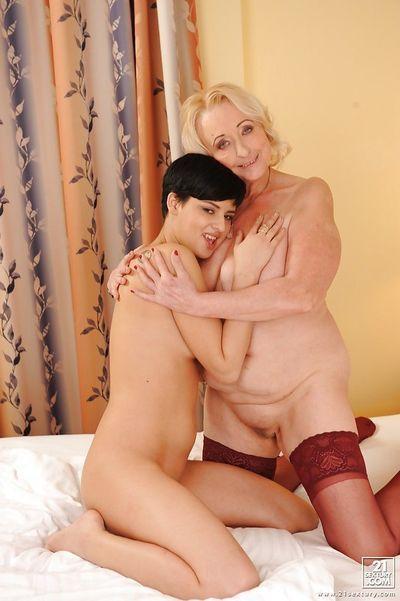 Chez les adolescentes sweetie a certains lesbiennes amusant Avec Son horny mature ami - PARTIE 2