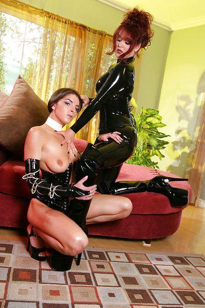 Travieso Bdsm lezdom acción Con látex ataviada lesbianas el uso de látigos y juguetes