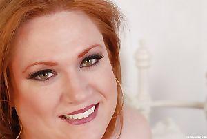 Fett Julie zeigt aus Ihr Riesen Big boobies und Ziemlich unrasierte snatch