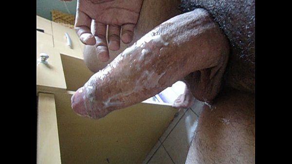 Gordinho da rola grossa batendo punheta e gozando gostoso
