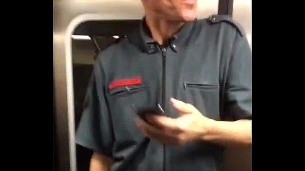 Bombeiro maludo no metro