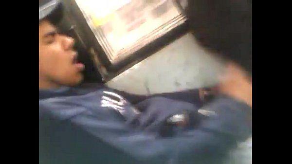 Filmou o amigo punhetando no ônibus
