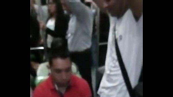 Machão sentindo a rola do favelado no metrô e gostando