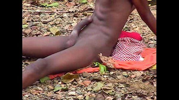 Neguinho favelado tocando punheta no mato