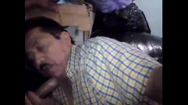 mature guy sucking cock / señor maduro mamando verga