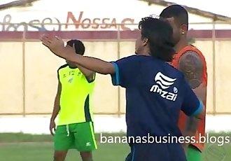 Jogador de Futebol exibe o Pau durante o Jogo
