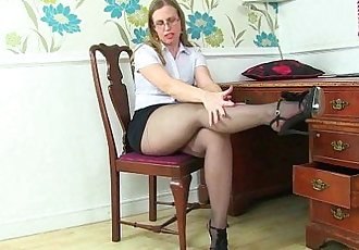 British milf Sammie spreads her pantyhosed legsHD