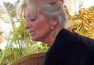 Nonna matura vogliosa di cazzo giovane - granny hot cock - 8 min
